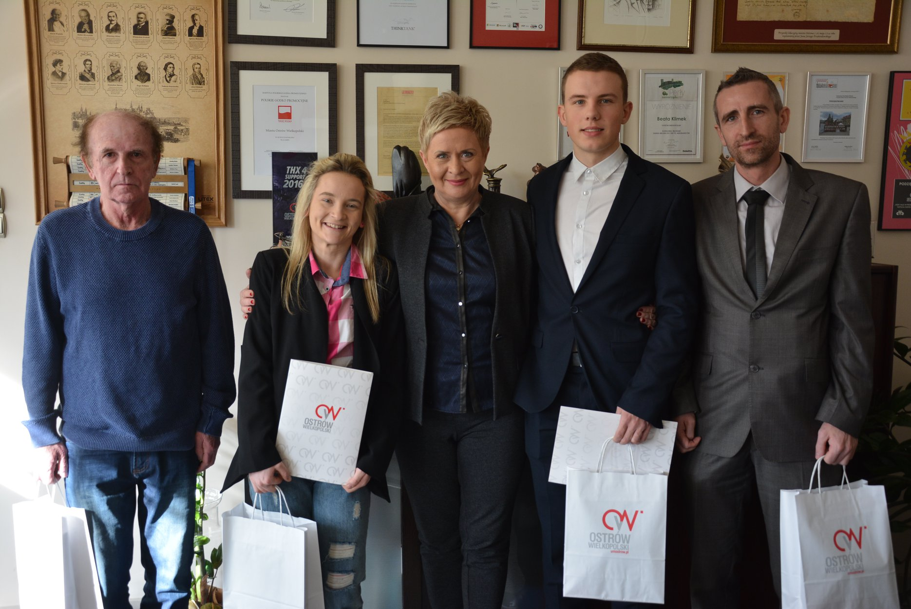 Złoci medaliści Halowych Mistrzostw Polski z wizytą u Pani Prezydent Beaty Klimek