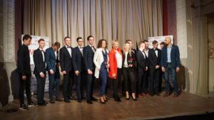 Siedemnastu Nagrodzonych zawodników, trenerów i działaczy KS STAL LA podczas Spotkania Pani Prezydent Beaty Klimek z Ostrowskimi Sportowcami